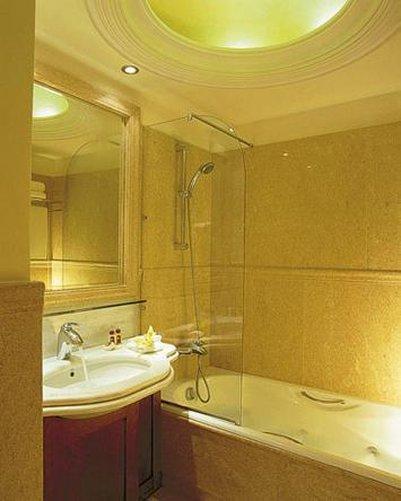 Electra Hotel - Bathroom <br/>Image from Leonardo