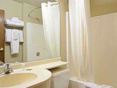 Holiday Inn Rushmore Plaza-Bathroom<br/>Image from Leonardo