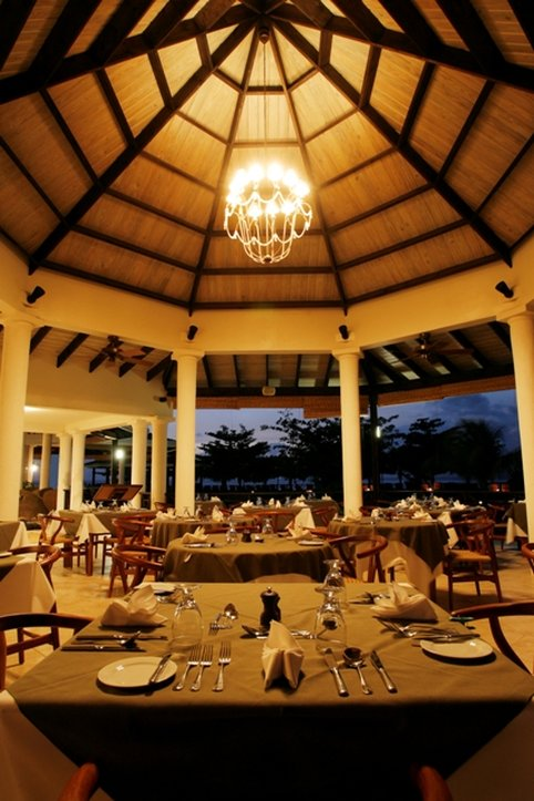 Coyaba Beach Beach Resort-Oceanfront Dining at Arawakabana<br/>Image from Leonardo
