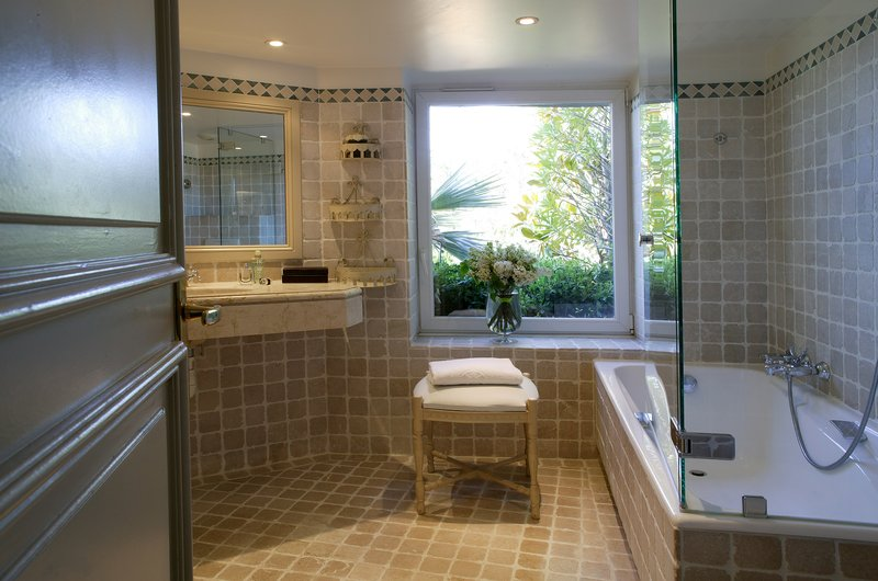 La Perouse Hotel-Bathroom<br/>Image from Leonardo