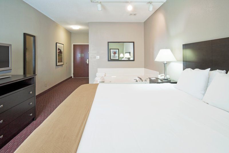 Holiday Inn Express Fort Wayne (New Haven)-Jacuzzi Suite<br/>Image from Leonardo