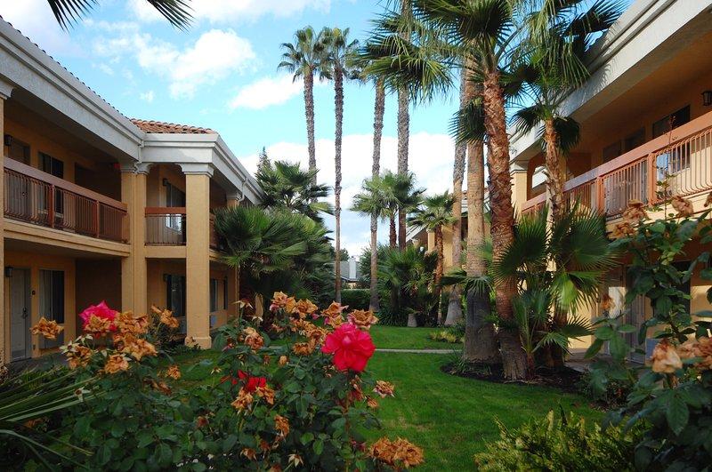 Best Western Palm Court Inn-Courtyard<br/>Image from Leonardo