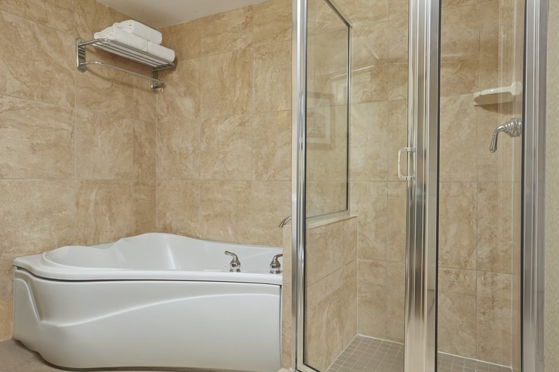 Lake Louise Inn-Suite - Jacuzzi Bath<br/>Image from Leonardo