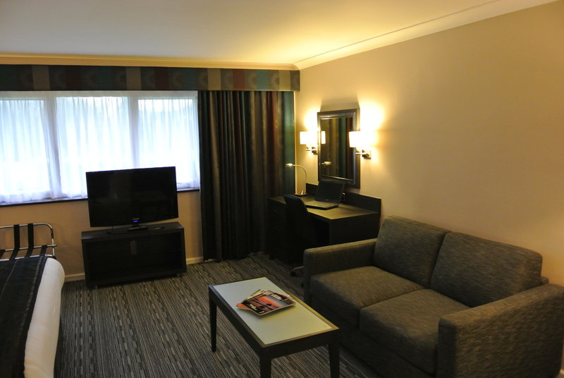Holiday Inn London Gatwick - Worth-Modernised Executive room with in room safe<br/>Image from Leonardo