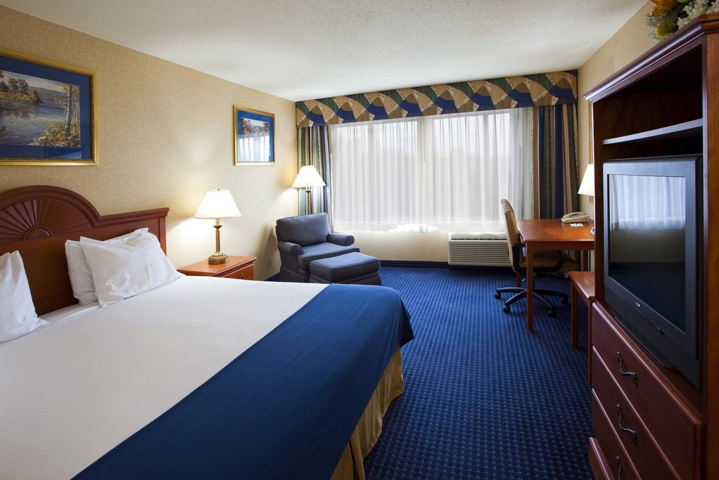 Holiday Inn Express Syracuse Airport-Comfortable room just 10 minutes from Destiny USA<br/>Image from Leonardo