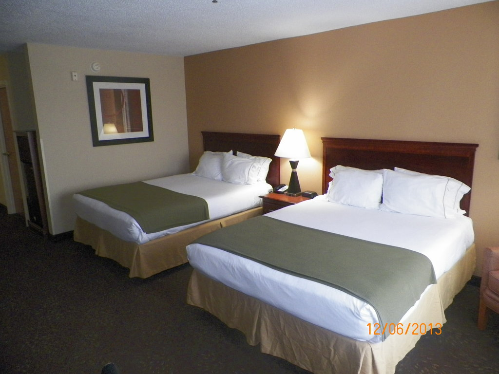 Holiday Inn Express & Suites Fores-Queen Bed Guest Room<br/>Image from Leonardo