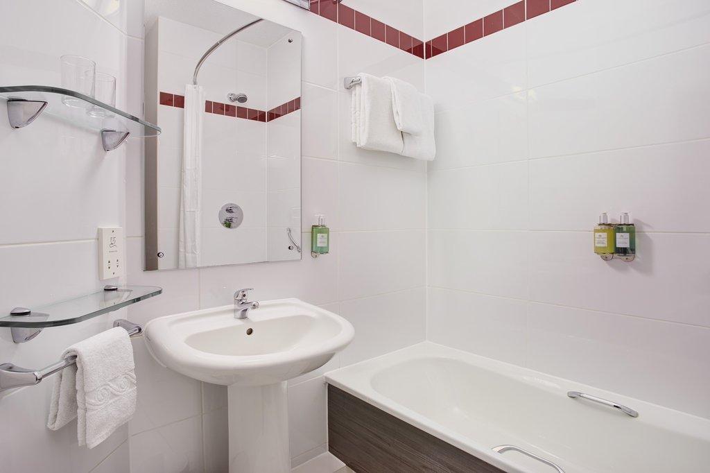 Jurys Inn Plymouth-Jurys Inn Plymouth Standard Bathroom<br/>Image from Leonardo