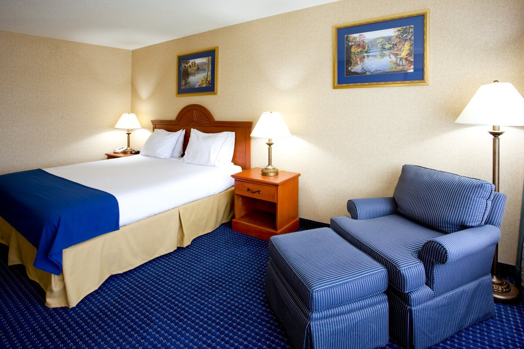 Holiday Inn Express Syracuse Airport-Spacious room with 1 king bed for a couples getaway<br/>Image from Leonardo