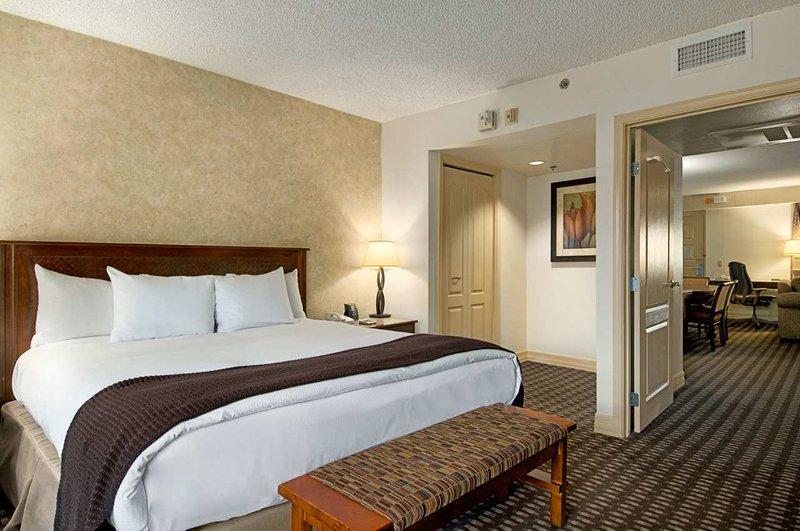 Pointe Hilton Tapatio Cliffs - Ambassador Suite King <br/>Image from Leonardo