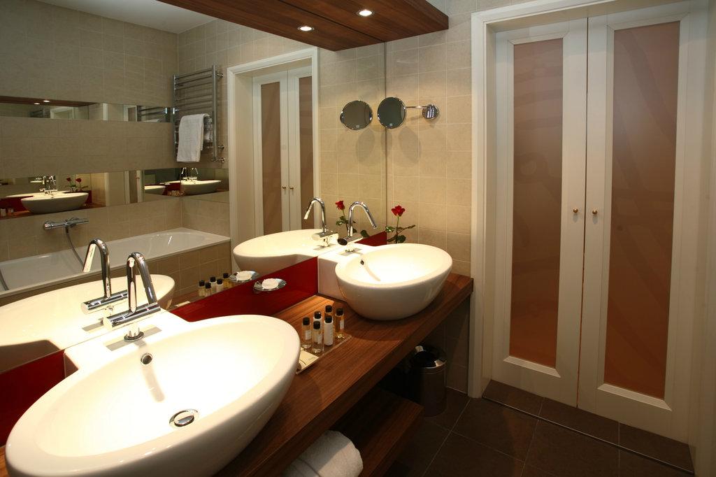 Mamaison Hotel Riverside - Deluxe Room - Bathroom <br/>Image from Leonardo