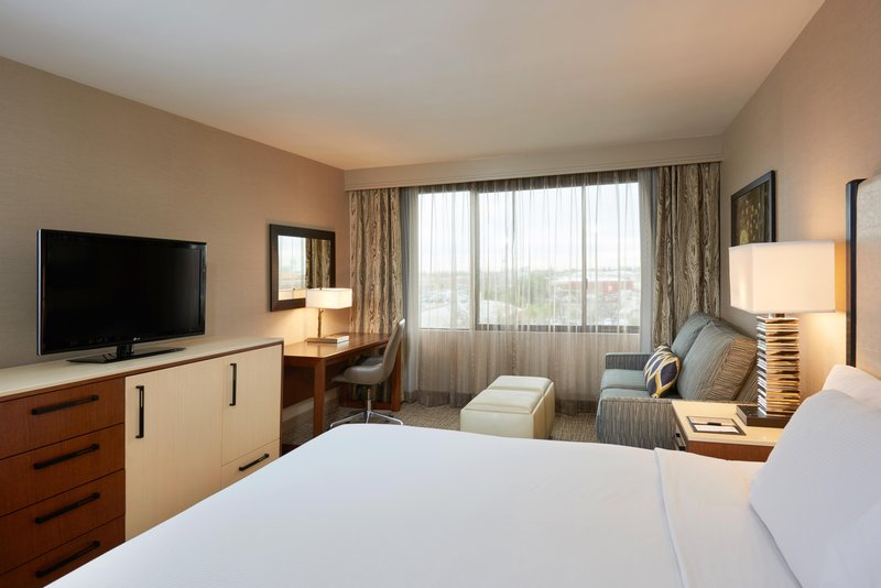 DoubleTree by Hilton Hotel Fresno Convention Center-King guest room <br/>Image from Leonardo