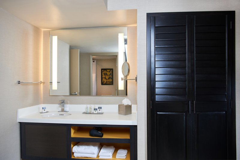 DoubleTree by Hilton Hotel Fresno Convention Center-Executive Suite Bathroom <br/>Image from Leonardo