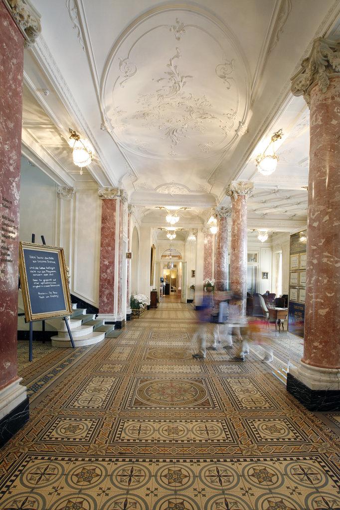 Hotel Schweizerhof Luzern-Lobby<br/>Image from Leonardo