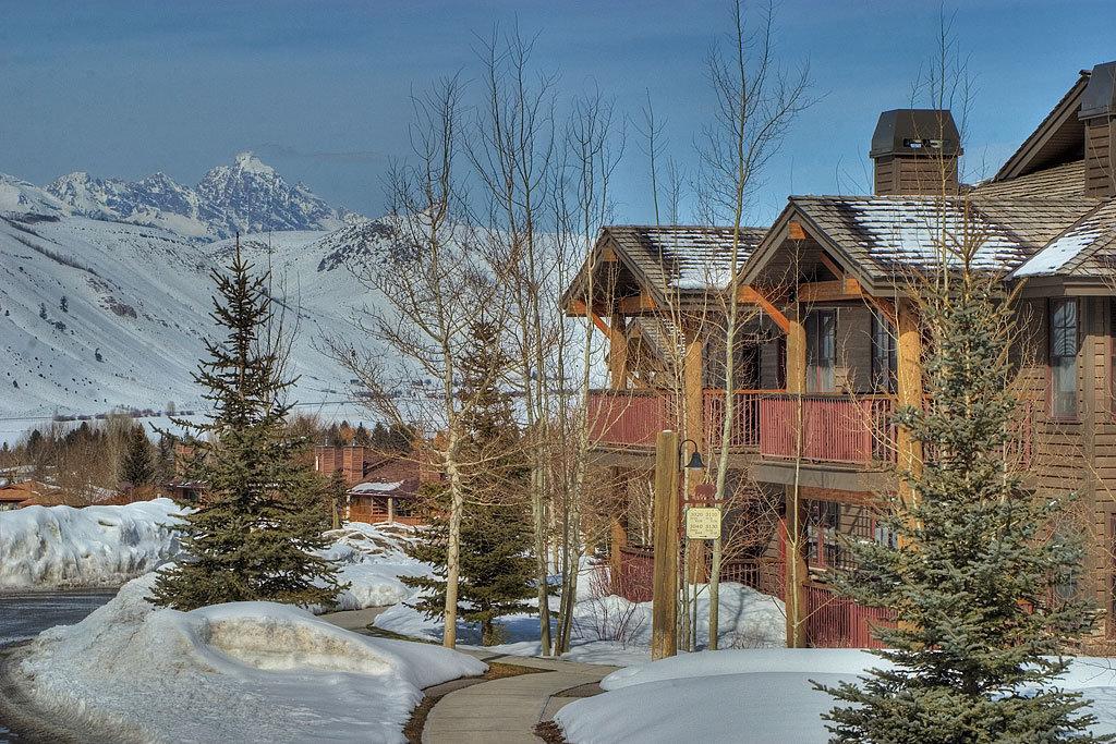 Grand View Lodge-Grand View Lodge Exterior Grand Teton In Backgroun<br/>Image from Leonardo