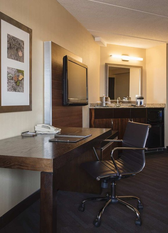 Hilton Winnipeg Airport Suites-Executive Suite Desk and Wetbar<br/>Image from Leonardo