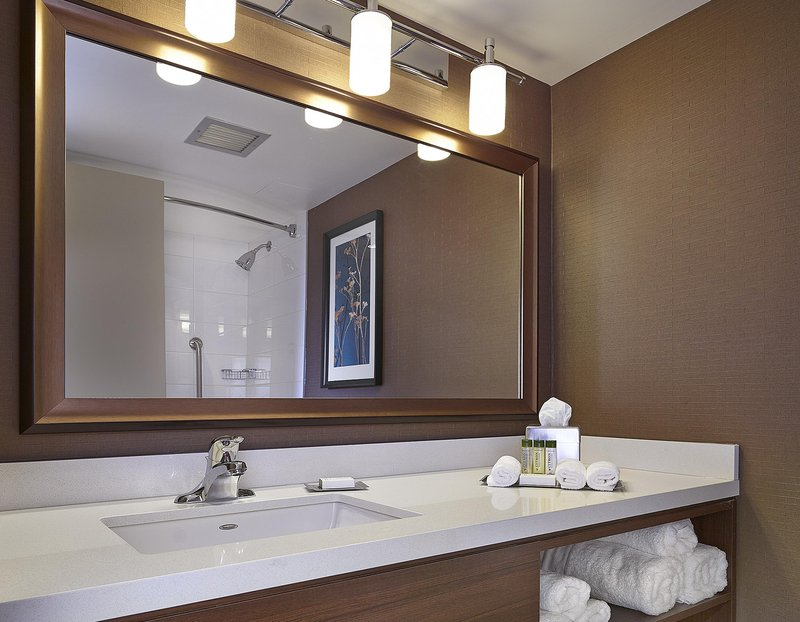 DoubleTree by Hilton Hotel & Conference Centre Regina-Guest Bathroom<br/>Image from Leonardo