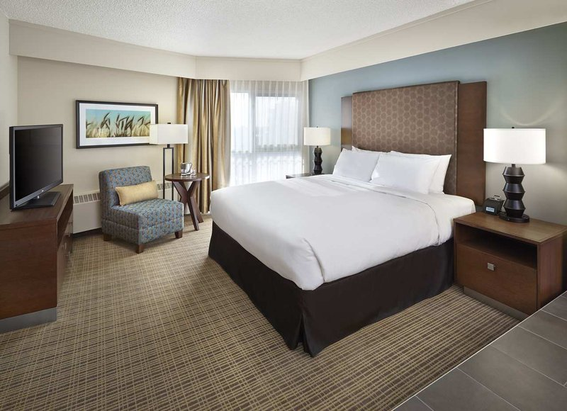 DoubleTree by Hilton Hotel & Conference Centre Regina-King Suite Bedroom<br/>Image from Leonardo