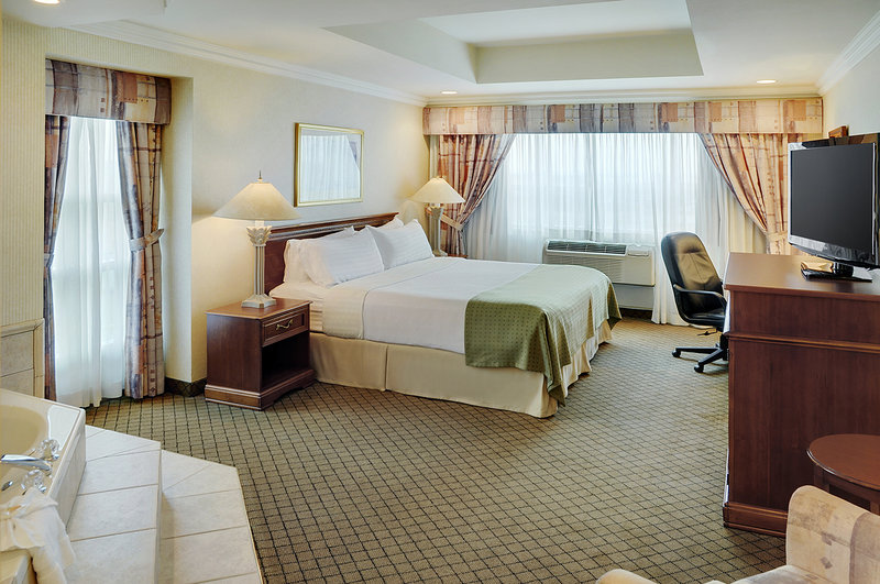 Holiday Inn Hotel & Suites Oakville @ Bronte-Jacuzzi Suite with King bed<br/>Image from Leonardo