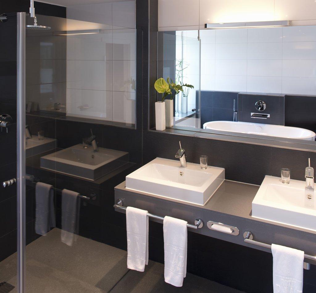Hotel Palace Berlin - Business Deluxe Room Bathroom <br/>Image from Leonardo