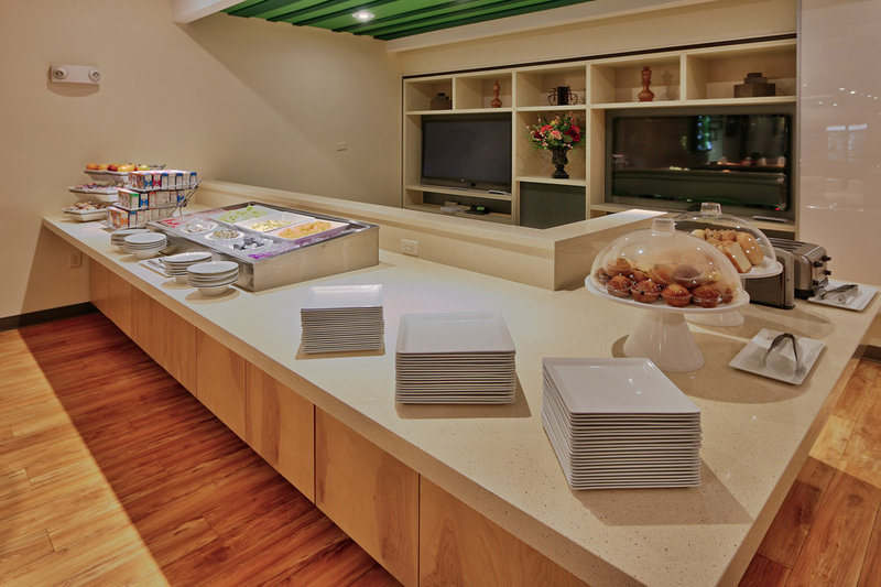 Holiday Inn Roswell-Breakfast Area<br/>Image from Leonardo