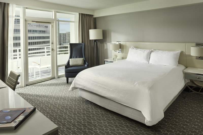Fontainebleau Miami Beach - Deluxe Bay View Balcony - King <br/>Image from Leonardo