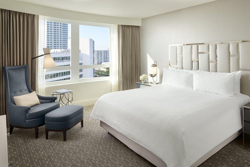Fontainebleau Miami Beach - Bay View Junior Suite King Balcony <br/>Image from Leonardo
