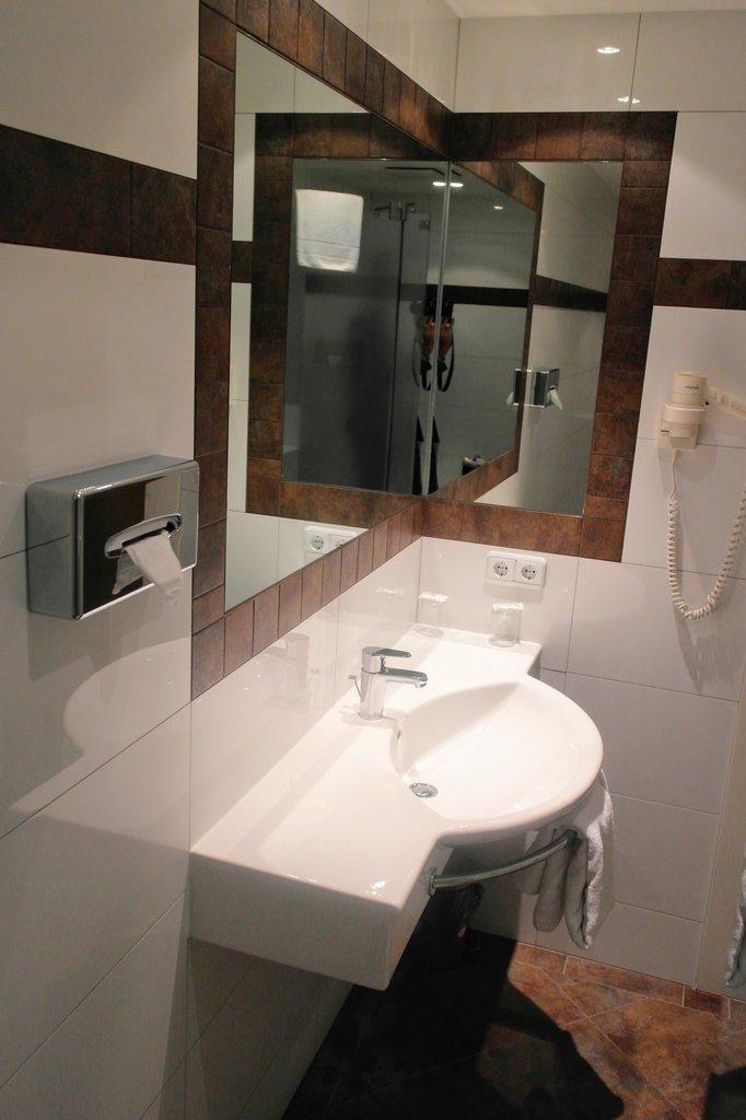 Daniel Hotel-Bathroom4<br/>Image from Leonardo