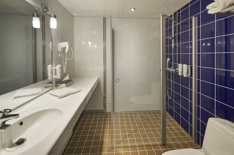 Holiday Inn Tampere - Central Station-Spacious bathroom with power shower<br/>Image from Leonardo