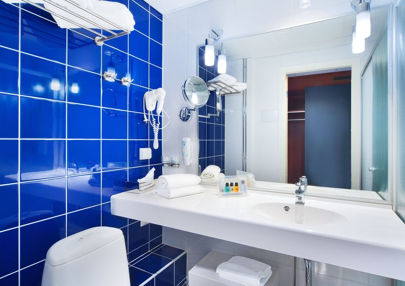 Holiday Inn Tampere - Central Station-Guest Bathroom<br/>Image from Leonardo
