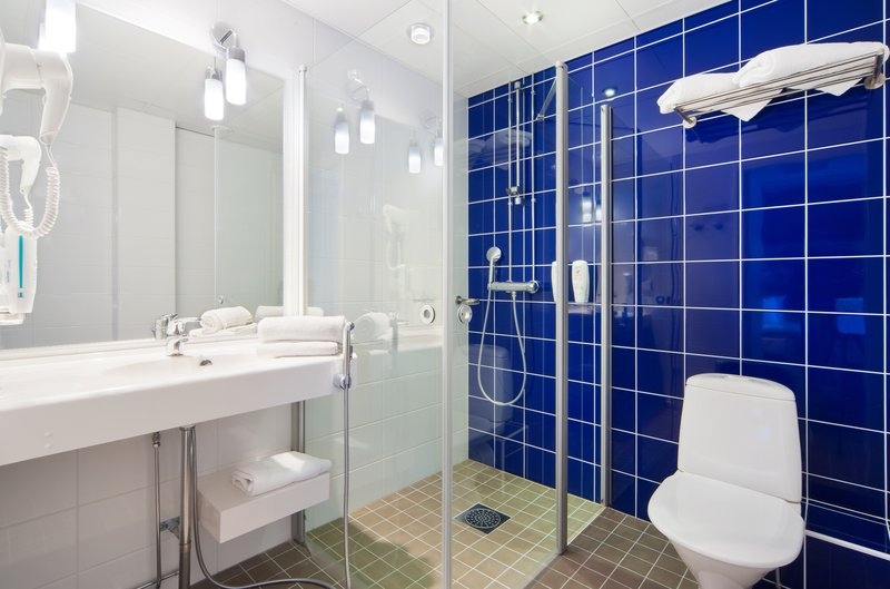 Holiday Inn Tampere - Central Station-Standard room's bathroom comes with invigorating rain shower<br/>Image from Leonardo