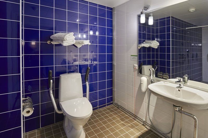 Holiday Inn Tampere - Central Station-Accessible room features a roll in shower<br/>Image from Leonardo