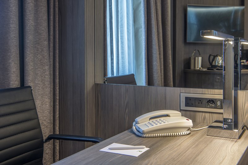 Holiday Inn Sheffield-Contemporary decor with work desks in all bedrooms<br/>Image from Leonardo