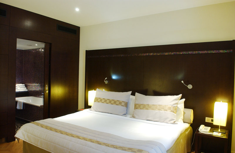 Crowne Plaza Brussels - Le Palace-Unwind and re-energize in the comfortable Suite bedroom<br/>Image from Leonardo