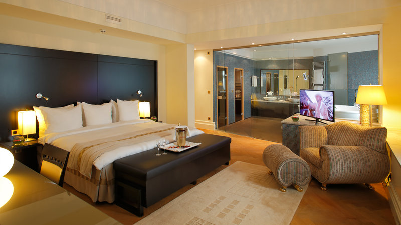 Crowne Plaza Brussels - Le Palace-Unique bedroom with glass wall to spa bathroom of Le Palace Suite<br/>Image from Leonardo