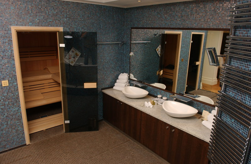 Crowne Plaza Brussels - Le Palace-Presidential Bathroom with TV, rain shower, private sauna<br/>Image from Leonardo