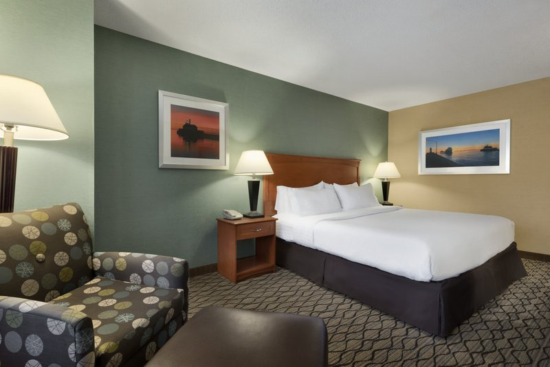 Holiday Inn Hotel & Suites Duluth-Downtown-King Bed Guest Room<br/>Image from Leonardo