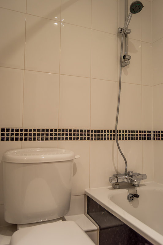 Holiday Inn Leeds - Garforth-Executive Bathroom<br/>Image from Leonardo