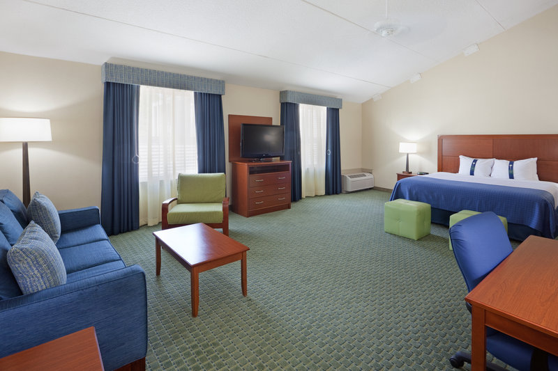 Holiday Inn Cape Cod - Falmouth-King Executive Room which is wheel chair accessible<br/>Image from Leonardo