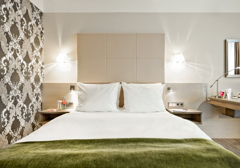 Crowne Plaza Hannover-Standard room with queen size bed<br/>Image from Leonardo