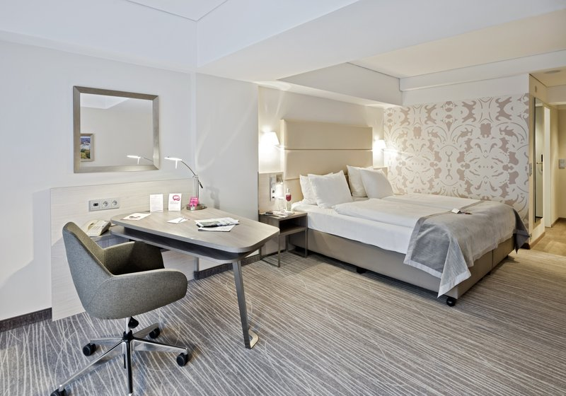Crowne Plaza Hannover-Standard room with a queen size bed<br/>Image from Leonardo