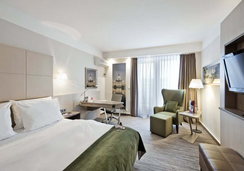 Crowne Plaza Hannover-Standard room with balcony<br/>Image from Leonardo