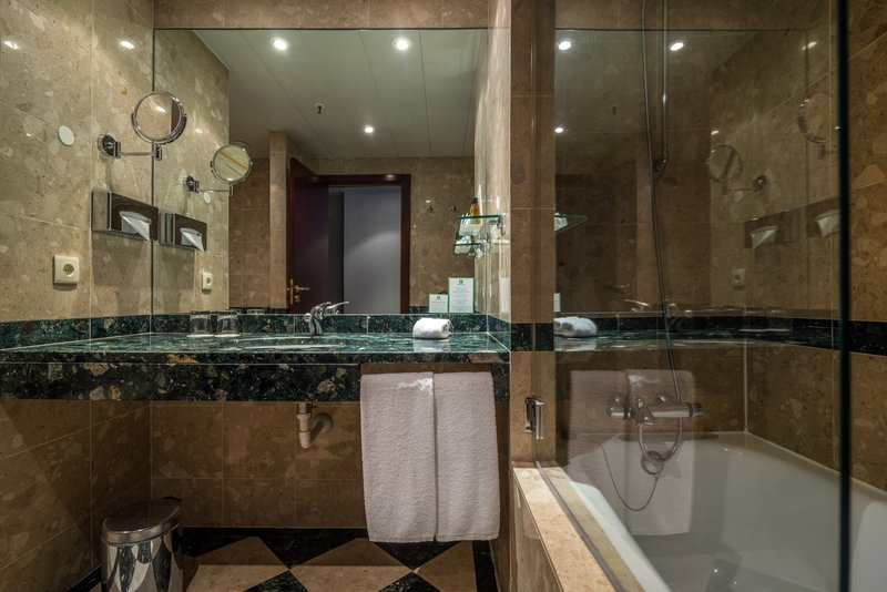 Holiday Inn Porto Gaia-Bathroom Amenities<br/>Image from Leonardo