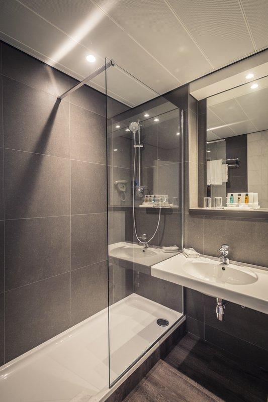 Crowne Plaza Antwerp-Bathroom Deluxe Guestroom<br/>Image from Leonardo