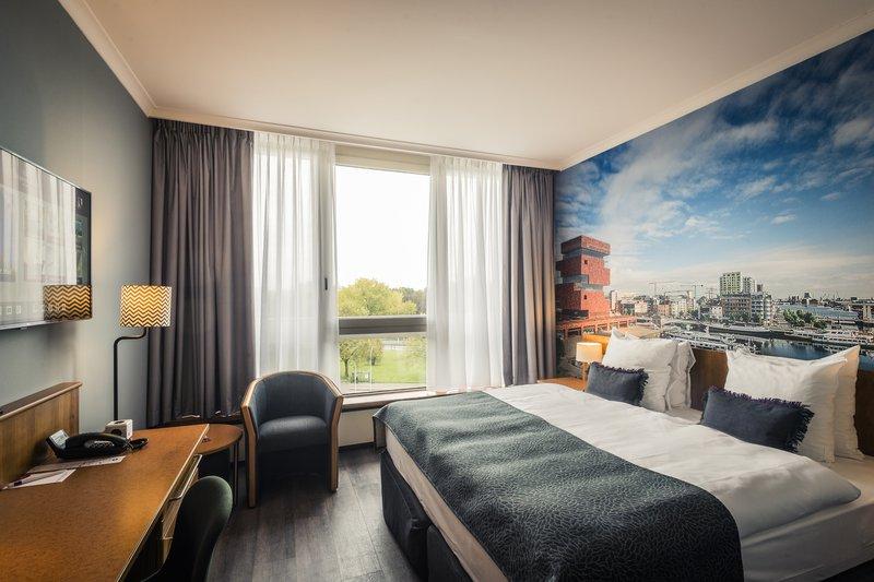 Crowne Plaza Antwerp-Deluxe Guestroom<br/>Image from Leonardo