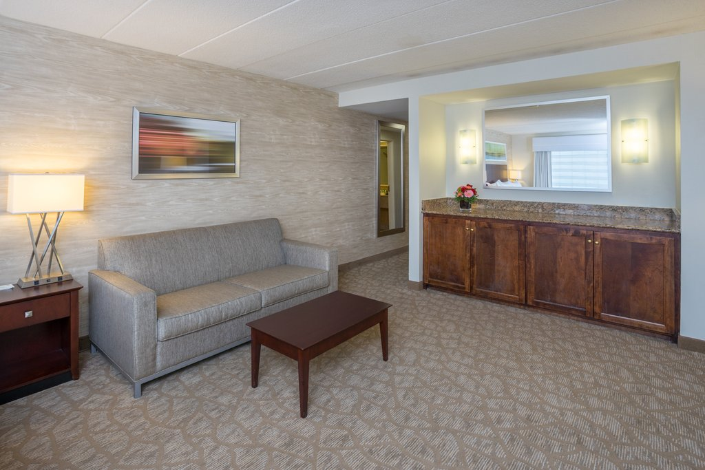 Holiday Inn Baltimore BWI Airport-Suite Wetbar<br/>Image from Leonardo