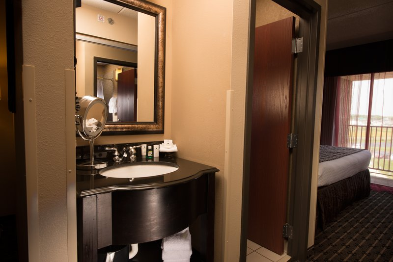 Crowne Plaza Milwaukee Airport-Guest Bathroom<br/>Image from Leonardo