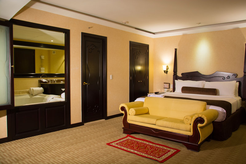 Crowne Plaza Hotel de Mexico-1 king bed honey moon<br/>Image from Leonardo