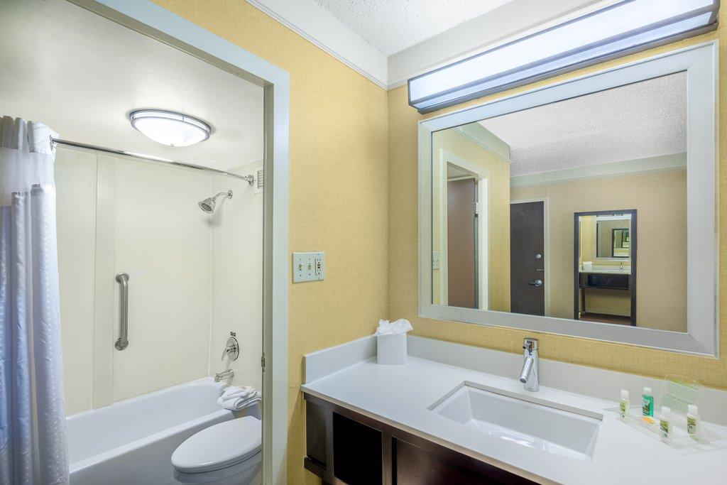 Holiday Inn Inner Harbor-Bathroom<br/>Image from Leonardo