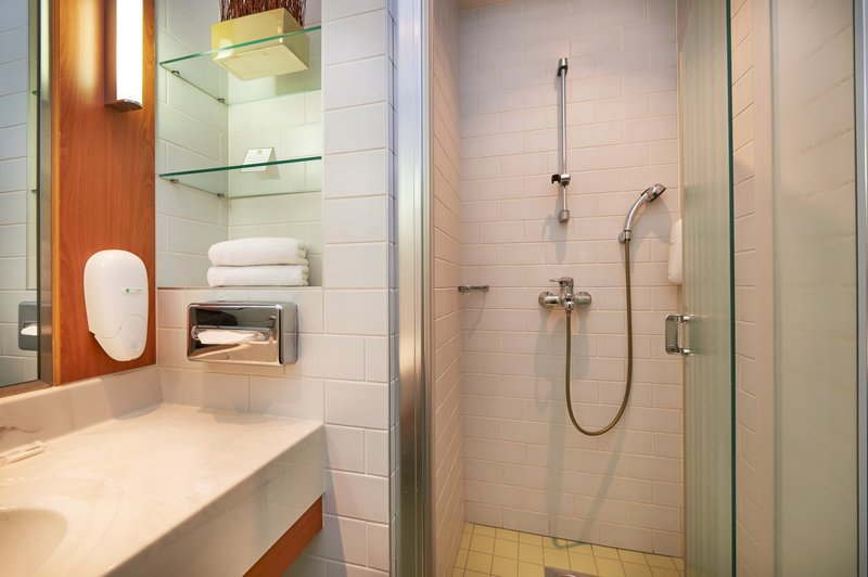 Holiday Inn Helsinki - West -Ruoholahti-All Guest Bathrooms come with a power shower<br/>Image from Leonardo