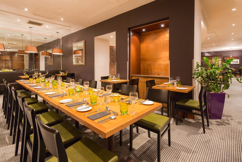 Holiday Inn Cambridge-The Restaurant offers communal tables for your family dinners<br/>Image from Leonardo